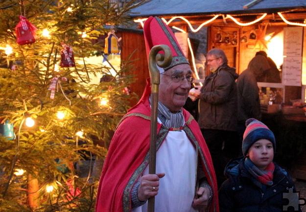 Jeden Tag kommt der Nikolaus, erzählt alte Geschichten und bringt den Kindern kleine Geschenke mit. Foto: Paul-Joachim Schmülling/Eifelverein Reifferscheid/pp/Agentur ProfiPress