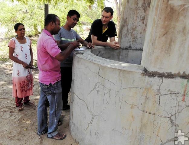 Die Kontrolle der oft verdreckten Brunnen gehörte zu den Aufgaben der Helfer. Hier inspiziert Thomas Schwarzer (r.) zusammen mit Einheimischen einen Brunnen. Foto: Privat/pp/Agentur ProfiPress