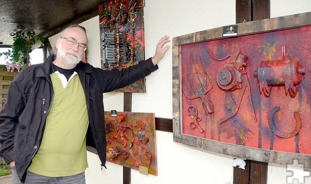 Der Künstler Johannes M. Müller war mit Objekt-Collagen und Skulpturen bei der Ausstellung vertreten. Foto: Sarah Winter/pp/Agentur ProfiPress