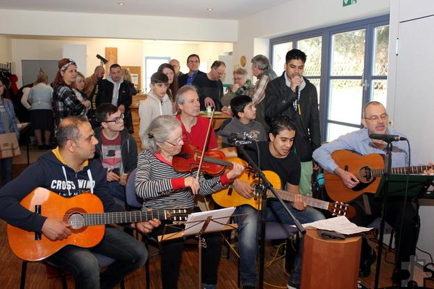 Bereits im März war die Musikschule Kalimba mit Reiner Klein (r.) zu Gast in Kall. Das nächste Begegnungscafé findet am Freitag, 21. Oktober, von 9.30 bis 11.30 Uhr statt. Archivfoto: Alice Gempfer/pp/Agentur ProfiPress