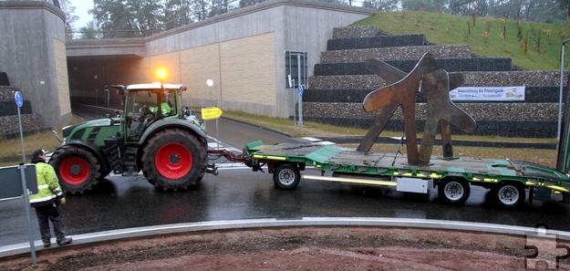 """Mit einem Traktorgespann wurde die Skulptur """"Zeitzeichen"""" von Hostel, wo sie von Metallbau Müller angefertigt wurde, nach Mechernich gebracht. Foto: Thomas Schmitz/pp/Agentur ProfiPress"""