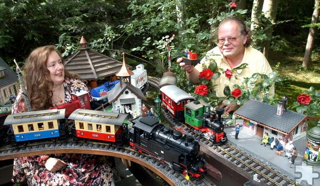 Helmut Steingass' Stolz im Garten in Kommern war im Sommer die große Eisenbahnanlage. Foto: Reiner Züll/pp/Agentur Profipress