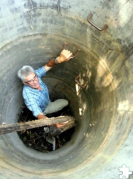 Wenn es sein musste, stieg Winfried Dedrichs auch schon einmal selbst in einen der Brunnen, die mit der Unterstützung von Eifel-Aid auf Sri Lanka gebaut wurden. Foto: Privat/pp/Agentur ProfiPress