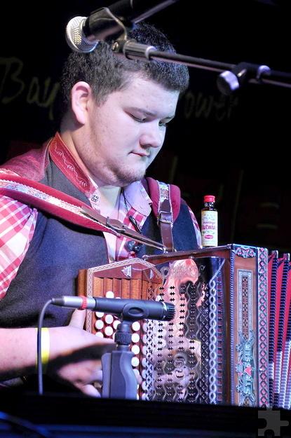 Fabian Fenzl ist der jüngste der Schmalzler-Musiker. Er verblüffte das Publikum mit einem flotten Solo auf der steirischen Harmonika, ohne dass das kleine Blutwurz-Fläschchen vom Instrument fiel. Foto. Reiner Züll/pp/Agentur ProfiPress