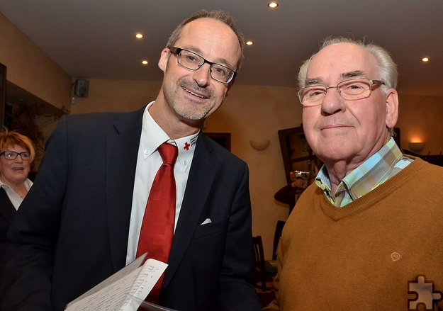 Rotkreuz-Kreisgeschäftsführer Rolf Klöcker verleiht Hubert Breuer nach seiner 100. freiwilligen ehrenamtlichen Blutspende Urkunde und Goldnadel. Foto: ml/pp/ProfiPress