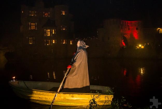 Zu Halloween werden die Besucher auf Burg Satzvey vom stummen Fährmann auf dem Burgweiher begrüßt. Foto: Mike Göhre/Der Fotoschmied/pp/Agentur ProfiPress