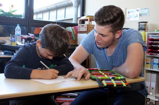 Matthias Sander hat vor einem Monat den Bundesfreiwilligendienst an der katholischen Grundschule Mechernich begonnen. Dabei unterstützt er zum Beispiel Schüler bei ihren Hausaufgaben. Foto: Steffi Tucholke/pp/Agentur ProfiPress