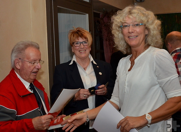 """Hubertine Deist aus Schleiden nimmt ihre Auszeichnung für ein halbes Hundert Mal Blutspenden im Kommerner """"Stollen"""" entgegen. Foto: ml/pp/ProfiPress"""
