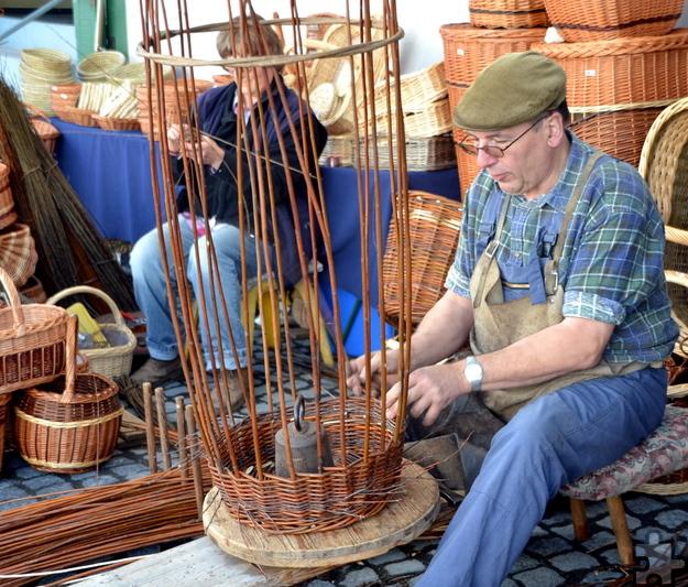 Zahlreiche Handwerker des historischen Handwerkermarktes in Kommern boten nicht nur ihre Waren zum Verkauf an, sondern erlaubten auch einen Einblick in ihr Schaffen. Foto: Cedric Arndt/pp/Agentur ProfiPress