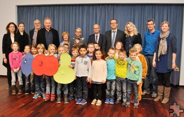 Mit einer kleinen Feier weihten Vertreter der Stadt, der Grundschule Kommern, der Elternschaft und die Schüler die neugestaltete Aula ein. Foto: Renate Hotse/pp/Agentur ProfiPress
