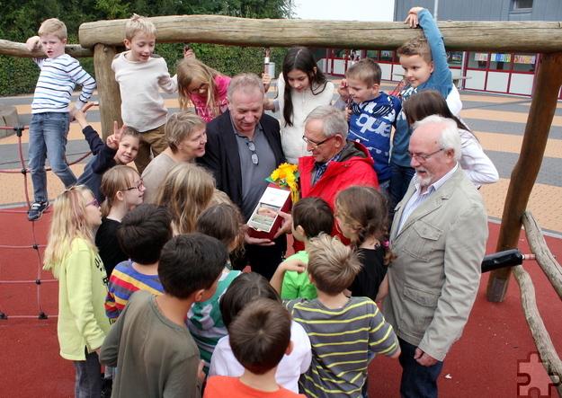 Mit einem Sponsorenlauf füllten die Kinder der Katholischen Grundschule Kommern eine Schatzkiste, um den Flutopfern zu helfen. Foto: Steffi Tucholke/p/Agentur ProfiPress