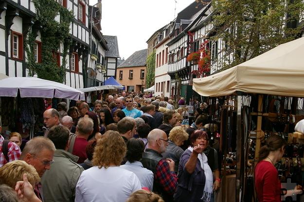Der historische Handwerkermarkt, der am 15. und 16. Oktober zum 30. Mal im malerischen Ortskern von Mechernich-Kommern stattfindet, lockt jedes Jahr tausende Besucher in den Ort. Foto: Johannes Mager/pp/Agentur ProfiPress
