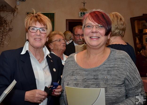 Edeltraud Engelen (l.) beglückwünscht Anja Maria Ordziniak, in der Mitte im Hintergrund Sibille Sennerich und Wolfgang Weilerswist. Foto: ml/pp/ProfiPress