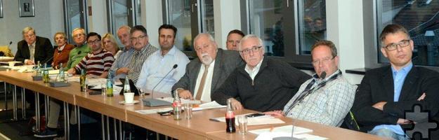Die Mechernicher Stadtratsmitglieder, hier die CDU-Fraktion, zeigten keine Tendenz zur Euphorie – obwohl sie das Haushaltsergebnis 2015 mit einer Million Überschuss statt des erwarteten Defizites über 1,9 Millionen gefreut haben dürfte. Foto: Manfred Lang/pp/Agentur ProfiPress