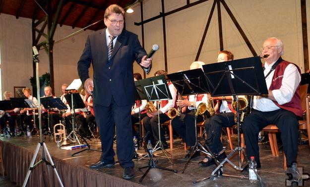 Mit vollen Einsatz dabei ist Orchesterleiter Peter Züll, hier bei einem Benefizkonzert im Freilichtmuseum. Foto: Manfred Lang/pp/Agentur ProfiPress