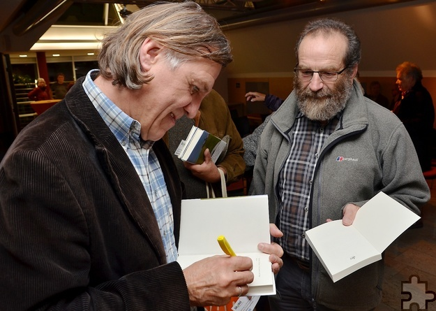 Viele Gäste ließen sich die im Laufe des Abends erworbenen Bücher  gleich vom Autor signieren. Foto: Sarah Winter/pp/Agentur ProfiPress