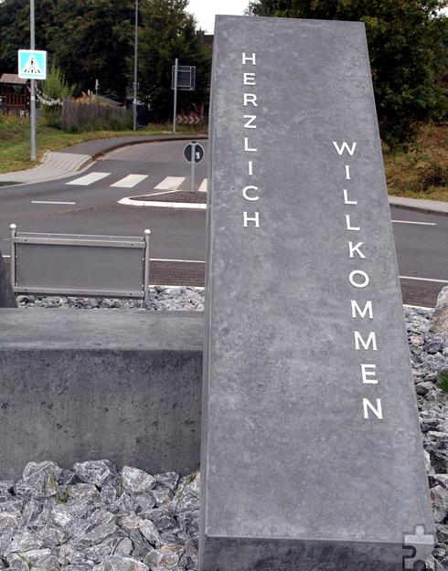 Der neue Kreisverkehr heißt die Verkehrsteilnehmer, die aus Richtung Firmenich kommen, willkommen. Foto: Thomas Schmitz/pp/Agentur ProfiPress