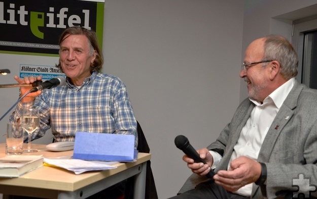 Der Journalist Manfred Lang im Gespräch mit Norbert Scheuer. Den angeregten Dialog setzten die Lit.Eifel-Gäste mit Fragen an den Autor fort. Foto: Sarah Winter/pp/Agentur ProfiPress