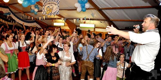 Julian Heldt aus Sötenich gestaltete den rheinischen Part des Oktoberfestes. Schnell hatte er die Frauen auf Betriebstemperatur gebracht. Foto. Reiner Züll/pp/Agentur ProfiPress