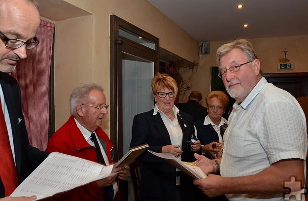 Heinz-Theo Eich (r.) freut sich über Glückwünsche und Geschenke aus Anlass seiner 125. Blutspende. Foto: ml/pp/ProfiPress