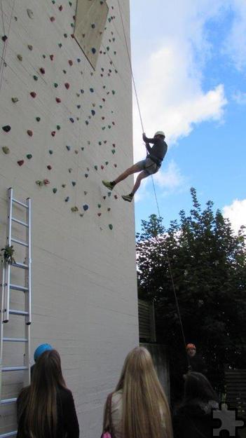Schwebend in der Kletterwand lernten die Mechernicher Jugendlichen - wie hier Florian Ingenillem – blindes Vertrauen auf den Mann am anderen Ende der Seilsicherung. Foto: Manfred Lang/pp/Agentur ProfiPress