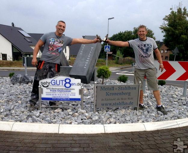 Ein Prost auf die getane Arbeit: Frank Chelmowski (l.) und Heiko Kronenberg stoßen nach der Fertigstellung der Kreisverkehrsgestaltung mit einem Bier an. Foto: Privat/pp/Agentur ProfiPress