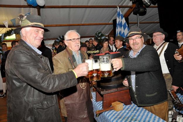 Stießen auf ein erfolgreiches Oktoberfest an. Vize-Bürgermeister Peter Wassong (Mitte) mit den Organisatoren Hermann Josef Koch (links) und Manfred Kreuser nach dem Fassanstich. Foto. Reiner Züll/pp/Agentur ProfiPress