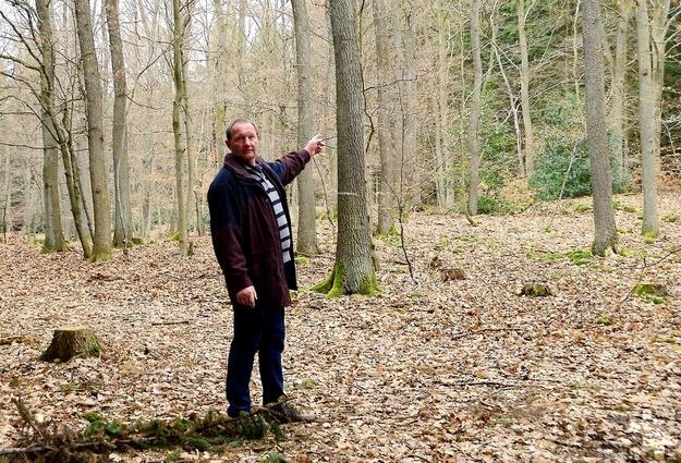 Bei einer früheren Begehung führte unter anderem das Kirchenvorstandsmitglied Heinz Schumacher durch den Gotteswald bei Nöthen. Archivfoto: Manfred Lang/pp/Agentur ProfiPress