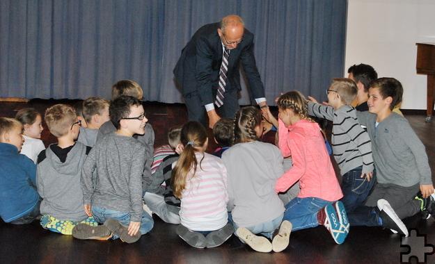 Viele Hände schüttelte Bürgermeister Dr. Hans-Peter Schick bei seinem Besuch in der Grundschule Kommern: Die persönliche Begrüßung wollte sich keiner der Schüler entgehen lassen. Foto: Renate Hotse/pp/Agentur ProfiPress