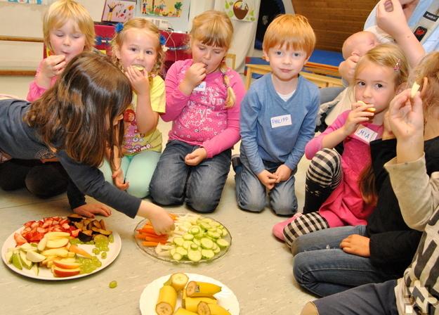 """Der Rotkreuz-Kindergarten """"Kastanienlaube"""" in Ripsdorf feiert sein 20-jähriges Bestehen. Das Foto zeigt Kindergartenkinder im Sommer 2015 bei einem Workshop zu gesunder Ernährung. Archivfoto: Renate Hotse/pp/Agentur ProfiPress"""
