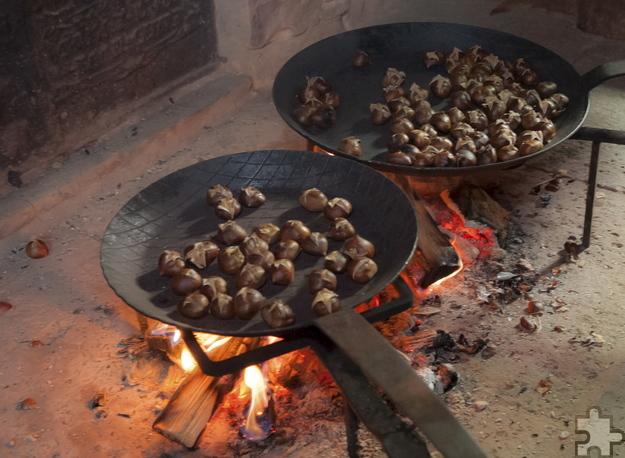 In den niederrheinischen Gehöften bereiten die Hauswirtschafterinnen unter anderem heiße Maronen zu. Foto: Gerhards/LVR-Freilichtmuseum Kommern/pp/Agentur Profipress