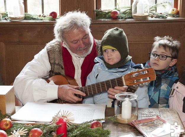 In den Bauernstuben wird mit den Gästen, ob Groß oder Klein, zu vorweihnachtlichen Klängen gesungen. Foto: Gerhards/LVR-Freilichtmuseum Kommern/pp/Agentur Profipress
