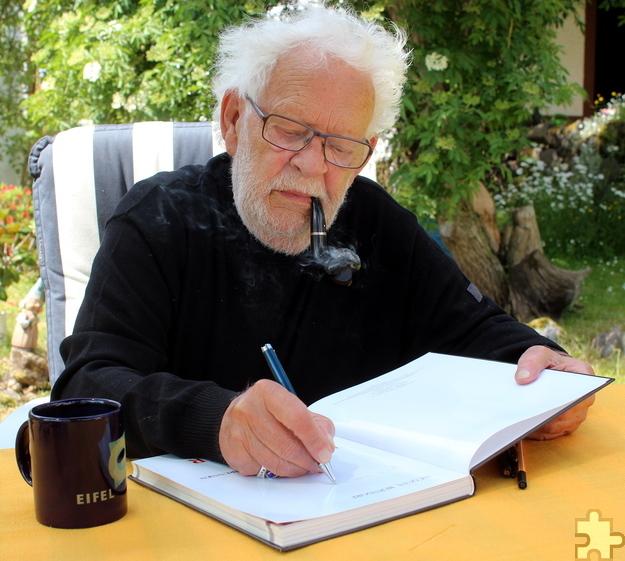 Die Eifel nicht nur auf dem Tisch, sondern auch im Herzen und den nächsten Kriminalfall im Kopf: Jacques Berndorf ist auch kurz vor seinem 80. Geburtstag nicht untätig und arbeitet an seinem neuesten Roman. Foto: Hans-Peter Kruse/KBV-Verlag/pp/Agentur ProfiPress