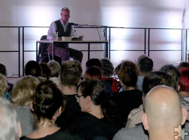 Zurück in der alten Heimat: Verleger, Krimi-Autor und Karikaturist Ralf Kramp aus Hillesheim, aufgewachsen in Schwerfen, hatte den Abend mitorganisiert und las für den guten Zweck. Foto: Privat/pp/Agentur ProfiPress