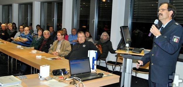 Im Mechernicher Rathaus informierte Kriminalhauptkommissar Ingo Kreuder rund um das Thema Einbruchschutz. Foto: Renate Hotse/pp/Agentur ProfiPress