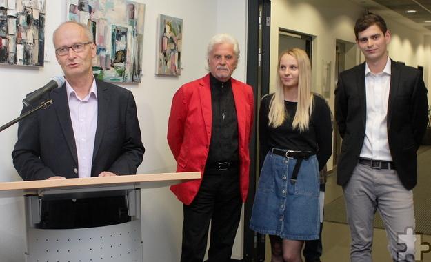 Bürgermeister Dr. Hans-Peter Schick freute sich, dass die Künstlerin Erika Morozaite ihre Werke nach einigen internationalen Ausstellungen nun auch in Mechernich präsentiert. Foto: Steffi Tucholke/pp/Agentur ProfiPress