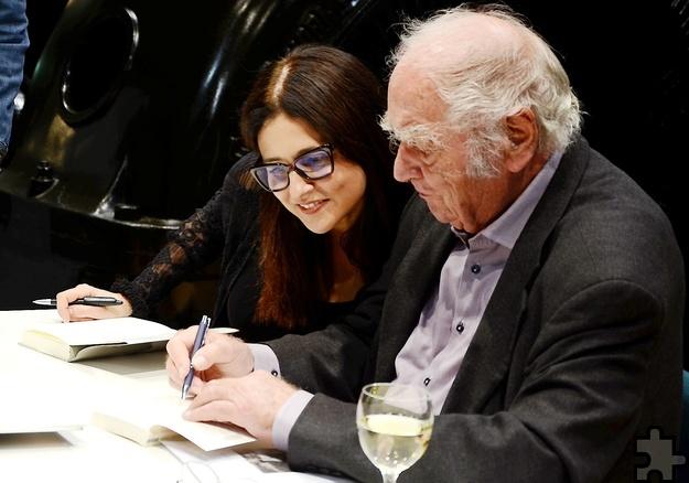 Beim Signieren in Heimbach: Thekla Chabbi und Martin Walser. Foto: Sarah Winter/pp/Agentur ProfiPress