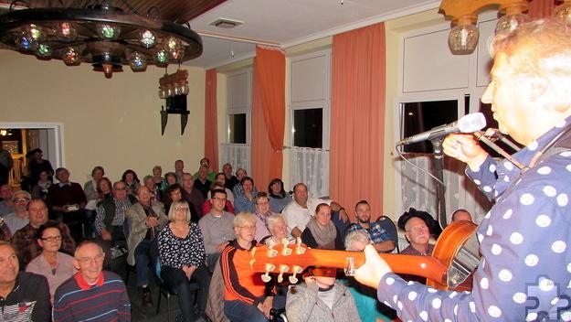 Gut gelaunt bis fast Mitternacht lauschten die Menschen der Musik von Günter Hochgürtel und den Geschichten von Ralf Kramp und Manfred Lang. Foto: pp/Agentur ProfiPress