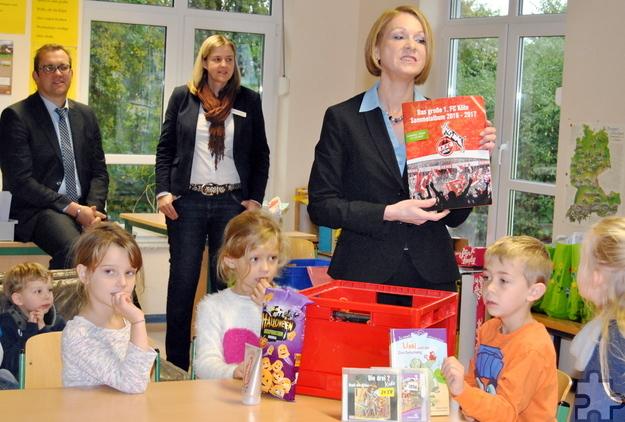 Von Janine Andree, der Leiterin der Mechernicher Stadtbücherei, erfuhren die Satzveyer Schulkinder, dass sie nicht nur Bücher, sondern auch eine Menge CDs, DVDs und sogar Nitendo-Spiele ausleihen können. Foto: Renate Hotse/pp/Agentur ProfiPress