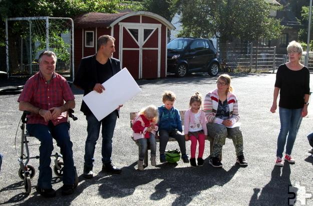 """""""Kupferkessel""""-Betreiber Salman Sugecmez (mit Scheck) und Guido Lethert (links) überreichten die Spende an den Rotkreuz-Kindergarten in Schönau. Foto: Rotkreuz-Familienzentrum Schönau/pp/Agentur ProfiPress"""