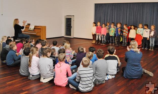 Im schönen Ambiente bedankten sich die Kommerner Grundschüler mit einem Singspiel für die gelungene Renovierung. Foto: Renate Hotse/pp/Agentur ProfiPress