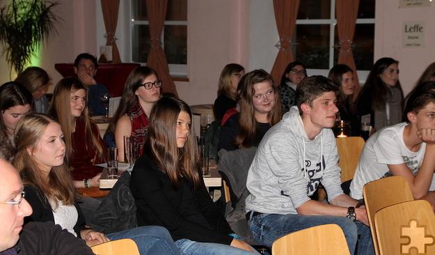 Auch die Deutsch-Abiturienten des Eupener Gymnasiums, die sich im Vorfeld der Lesung mit Texten Zaimoglus beschäftigt hatten, waren zur Lit.Eifel-Veranstaltung ins Jünglingshaus gekommen. Foto: Claudia Hoffmann/pp/Agentur ProfiPress