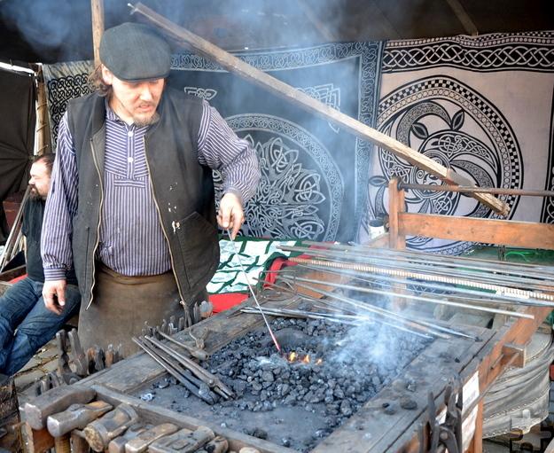 Zum dritten Mal war der Schmied Christian Gillandt aus Nettersheim auf dem historischen Handwerkermarkt in Kommern zu Gast und faszinierte die Besucher mit seiner Stahlbearbeitung. Foto: Cedric Arndt/pp/Agentur ProfiPress
