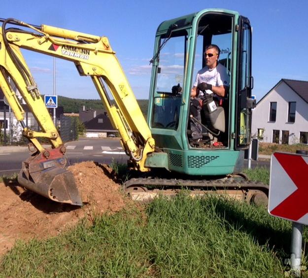 Frank Chelmowski bei der Arbeit: Innerhalb kürzester Zeit wurden 15 Tonnen Erde mit dem Bagger ausgehoben. Foto: Privat/pp/Agentur ProfiPress