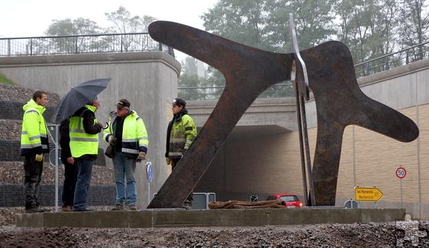 """Die Skulptur """"Zeitzeichen"""", die auf dem Kreisverkehrsplatz am Bahnhofsbergdurchstich platziert wurde, besteht aus zwei ineinander verschlungenen Torbögen. Das tonnenschwere Kunstwerk ist drei Meter hoch und hat einen Durchmesser von 4,70 Meter. Foto: Thomas Schmitz/pp/Agentur ProfiPress"""