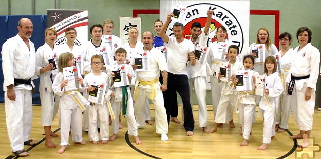 """19 Karateka des """"Shotokan Karate Do Kall"""" haben ihre Gürtelprüfung bestanden. """"Bei uns im Verein sind so viele Kulturen vertreten – Integration ist unser kleinstes Problem"""", sagt der Vereinsvorsitzende Udo Koch (links). Foto: Steffi Tucholke/pp/Agentur ProfiPress"""