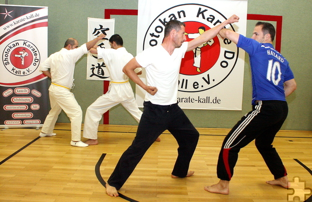 Integration im Sportverein (von links): Makhmadrajab Saidaliev und Ahmad Ahzyab sowie Eduart Murrani und sein Trainingspartner bei den Karate-Übungen. Foto: Steffi Tucholke/pp/Agentur ProfiPress