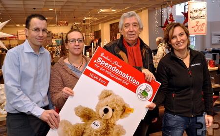 Eine Spende über 5000 Euro konnte Hilfsgruppen-Vorsitzender Willi Greuel von Firmenchef Andreas Brucker (links) entgegennehmen. Foto: Reiner Züll/pp/Agentur ProfiPress
