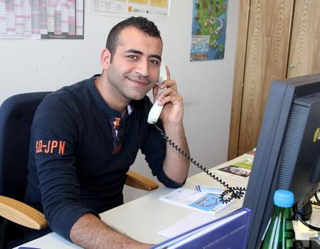 """Der Syrer Ahmad Almohamad ist anerkannter Flüchtling und arbeitet mittlerweile als """"Bufdi"""" beim Kreis Euskirchen. Er befindet sich derzeit auf Wohnungssuche. Foto: Thomas Schmitz/pp/Agentur ProfiPress"""
