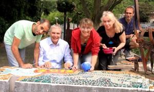 """Die Erstellung des Mosaiks an der Olef in Schleiden war eines der ersten Projekte von """"You Are Welcome"""". Foto: Kerstin Wielspütz/Stadt Schleiden/pp/Agentur ProfiPress"""